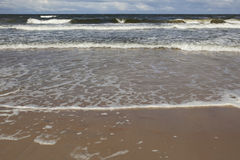 Stürmische Meereswellen Stürmisches Meer mit Wolken Lizenzfreies Stockfoto