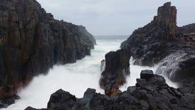 Stürmische Meereswogen auf Felsen-träumerischem Meerblick stock footage