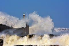 Stürmische Welle über Leuchtturm von San Esteban de Pravia Stockfotos