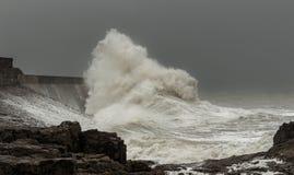 stürmische Wellen, die einen Leuchtturm schlagen stockfoto
