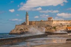 Stürmische Wellen, die nahe den Uferdamm zum Leuchtturm Castillos Del Morro in Havana schlagen Die alte Festung Kuba lizenzfreies stockbild