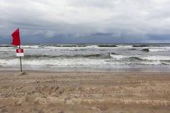 Stürmische Wellen im Meer Gefährlich zu schwimmen Rote Fahne Stockfotos