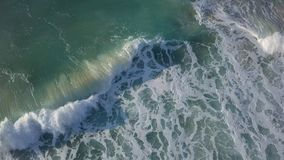 Stürmische Wellen nahe der Küstenlinie von Israel Ashkelon stockfoto