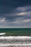 Stürmische Wolken über dem Meer Stockfotos