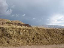 Stürmische Wolken über Hügeln in alten Ruinen Boliviens lizenzfreies stockfoto