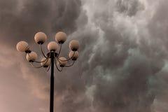 Stürmische Wolken der Blitze über großer, prachtvoller Straßenlaterne Lizenzfreies Stockbild