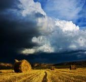 Stürmische Wolken und Ballen Lizenzfreies Stockbild