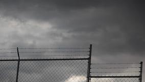 Stürmische Wolken und Zaun stock video