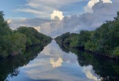 Stürmische Wolkenreflexionen lizenzfreie stockbilder