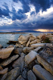 Stürmischer Abend über dem See stockfotos