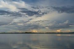 Stürmischer Abendhimmel über See Stockbild