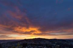 Stürmischer brennender Sonnenuntergang-Himmel über glücklichem Tal stockfoto