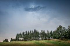 Stürmischer Himmel über Berg lizenzfreies stockfoto