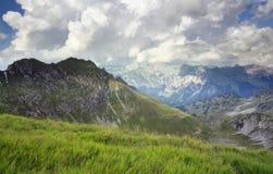 Stürmischer Himmel über Bergen stockbilder