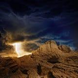 Stürmischer Himmel, Blitz, Berge Stockfotografie