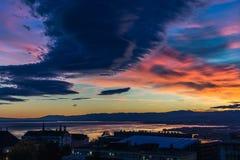 Stürmischer Himmel an der blauen Stunde Lausanne-Stadt Lizenzfreie Stockbilder