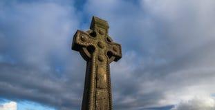 Stürmischer Himmel des Grabsteins des keltischen Kreuzes Lizenzfreies Stockbild