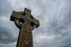Stürmischer Himmel des keltischen Kreuzes Lizenzfreies Stockbild