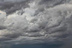 Stürmischer Himmel, extrem bewölkt Intensiver Himmel lizenzfreies stockbild