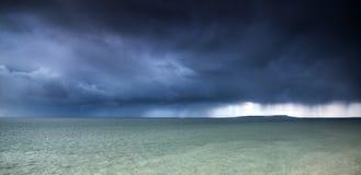 Stürmischer Himmel in Meer während des Winters Stockfoto