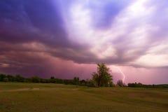Stürmischer Himmel mit Blitzlandschaft Stockbild