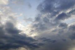 Stürmischer Himmel mit Sonnenschein Lizenzfreies Stockfoto