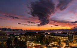Stürmischer Himmel am Sonnenuntergang Stadt von Lausanne Lizenzfreies Stockfoto
