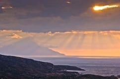 Stürmischer Himmel und Sonnenaufgang am heiligen Berg Athos lizenzfreie stockbilder