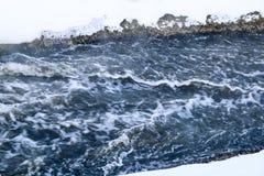 Stürmischer Nebenfluss Welle und Schaum im Fluss spritzt, Blasen, Wellen, Strom, Kräuselungen und Kämme von Wellen in einem schne Stockfotografie