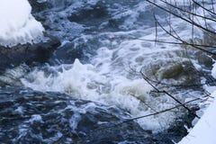 Stürmischer Nebenfluss Welle und Schaum im Fluss spritzt, Blasen, Wellen, Strom, Kräuselungen und Kämme von Wellen in einem schne Lizenzfreies Stockbild
