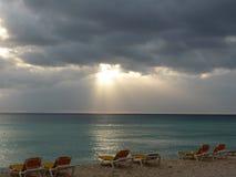 Stürmischer Sonnenuntergang auf dem Strand Lizenzfreie Stockfotos