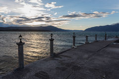 Stürmischer Sonnenuntergang auf einem Pier Stockfotos