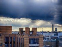 Stürmischer Sonnenuntergang, der DC-Monumente bei Sonnenuntergang übersieht Stockbilder