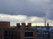 Stürmischer Sonnenuntergang, der DC-Monumente bei Sonnenuntergang übersieht Stockfotografie