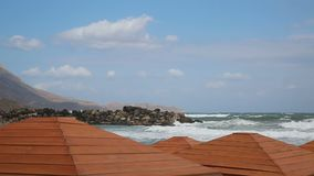 Stürmischer Tag auf leerem Strand stock video