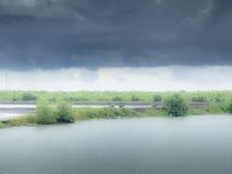 Stürmischer Tag mit Regen, Fallfarben und dunklen Wolken Stockbilder