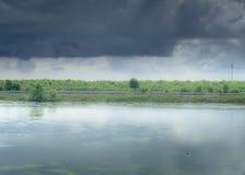 Stürmischer Tag mit Regen, Fallfarben und dunklen Wolken Stockbild