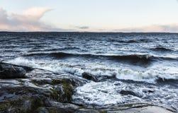 Stürmischer Tag nahe bei See im Dezember in Finnland Stockfoto
