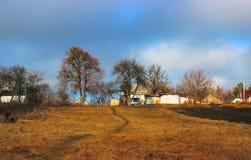 Stürmischer und windiger Tag am Dorf Wolken an der Wiese Stockbild