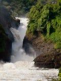 Stürmischer Wasserfall auf dem Hintergrund von Leuten  Lizenzfreies Stockfoto