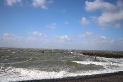 Stürmischer Wind macht ein schönes Meer stockfoto