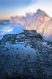 Stürmisches Meer bricht in den Felsen ab Stockbild