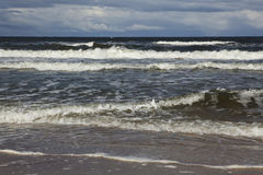 Stürmisches Meer mit Wolken Stockfotos