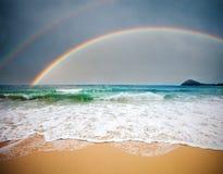 Stürmisches Meer und bewölkter Himmel mit Regenbogen lizenzfreies stockfoto