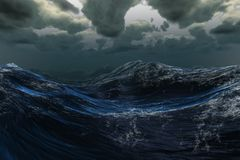 Stürmisches Meer unter bewölktem Himmel Lizenzfreie Stockfotos