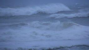 Stürmisches Ozean-Meer mit zusammenstoßenden Wellen und Wirbelsturm-Hurrikan-Winden stock video footage