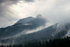 Stürmisches Wetter in den Bergen stockfotos