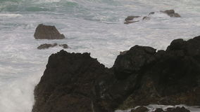 Stürmisches Wetter entlang Atlantik nahe Sinus, Portugal stock video