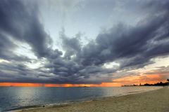 Stürmisches Wetter im Meer mit Sonnenuntergang Stockfotos