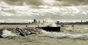 Stürmisches Wetter nahe Meer Stockfotos